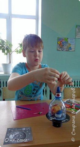 Сегодня в нашем классе появился неизвестный летающий объект! Смастерил его ученик 2 класса Женя Варлаков. Нам пришла идея использовать бросовый материал: пластиковую бутылку, ненужный диск, пустую коробочку из киндер-сюрприза. Получился необычный космический корабль. фото 3