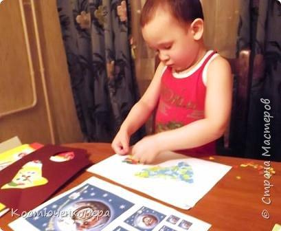 Работа моего внука Коли в технике обрывной аппликации. Ему 3,5 года. С композицией помогла я, вырезала из цветного листа ракету и планеты.  фото 3