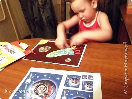 Работа моего внука Коли в технике обрывной аппликации. Ему 3,5 года. С композицией помогла я, вырезала из цветного листа ракету и планеты.  фото 4