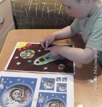 Работа моего внука Коли в технике обрывной аппликации. Ему 3,5 года. С композицией помогла я, вырезала из цветного листа ракету и планеты.  фото 6