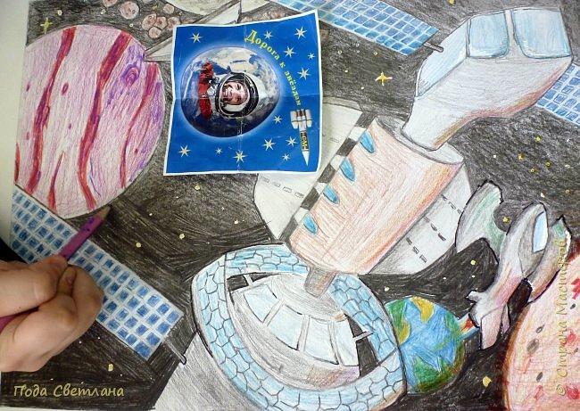 """Для участия в конкурсе мы решили сделать рисунок. Андрей любит рисовать, а особенно технику самолёты, космические корабли...Представляем рисунок """"Космическое путешествие"""" Формат  работы А-3 рамка 4 см фото 5"""