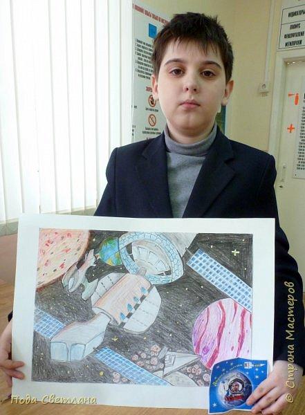"""Для участия в конкурсе мы решили сделать рисунок. Андрей любит рисовать, а особенно технику самолёты, космические корабли...Представляем рисунок """"Космическое путешествие"""" Формат  работы А-3 рамка 4 см фото 6"""