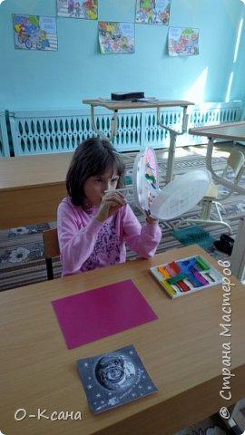 """Участие в конкурсе вдохновило и мою воспитанницу Бизину Ирину. В работе мы использовали самый простой бросовый материал: пластиковые тарелки и ложки, пенопласт; добавили фантазию, вдохновение и максимум хорошего настроения. Получилась """"летающая тарелка"""" и те, кто ею управляет - инопланетные существа. фото 4"""