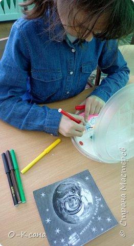 """Участие в конкурсе вдохновило и мою воспитанницу Бизину Ирину. В работе мы использовали самый простой бросовый материал: пластиковые тарелки и ложки, пенопласт; добавили фантазию, вдохновение и максимум хорошего настроения. Получилась """"летающая тарелка"""" и те, кто ею управляет - инопланетные существа. фото 3"""