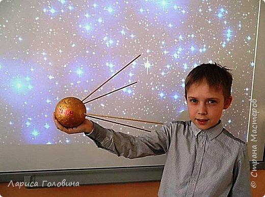 Первый искусственный спутник был запущен на орбиту 4 октября 1957 года. Первый искусственный спутник имел простую конструкцию, состоящую из двух полуоболочек из алюминиевого сплава, которые герметично соединялись между собой 36 болтами. Спутник был оснащён 4 антеннами фото 5