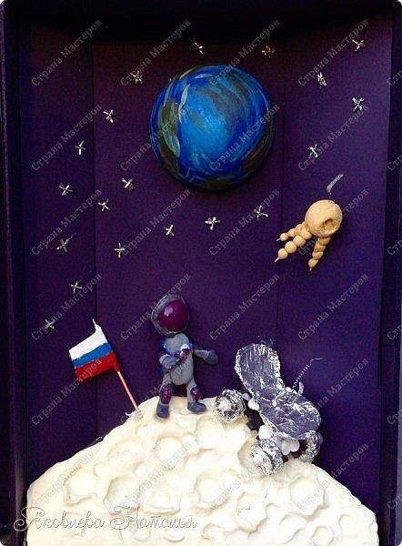 """Луна очень многих привлекала своей загадочностью! Вот и девочки не обошли её своим вниманием. Они создали макет-книгу """"Луна: хочу всё знать!"""" Макет не маленький, размером 35х50, высотой 10 см фото 1"""