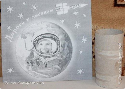 В нашем садике воспитатели предложили нам выполнить  творческие работы, посвященные Дню космонавтики. И на сайте мы тоже увидели объявление о конкурсе.  С Иришкой мы любим выполнять поделки.  Она предложила выполнить ракету.   фото 2