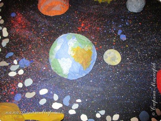 Во Вселенной миллиарды Галактик. Среди этого огромного количества есть одна, которая называется Млечный Путь. На её периферии есть звезда - Солнце. Планеты, вращающиеся вокруг этой звезды, образуют Солнечную систему - наш дом, такой большой по сравнению с нами, людьми, и такой маленький по сравнению со Вселенной. фото 2