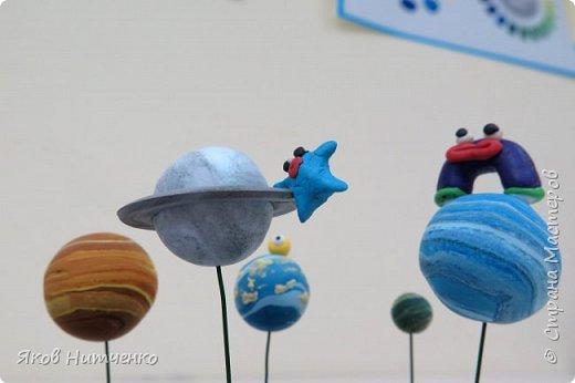 Парад планет. Земля, на которой мы живём, является одной из многих планет во Вселенной. Поэтому некоторое представление о планетах мы имеем. Но только все они очень непохожи друг на друга. Мне пришла идея показать парад планет с возможными их обитателями. При выполнении работы применялись различные техники. фото 6