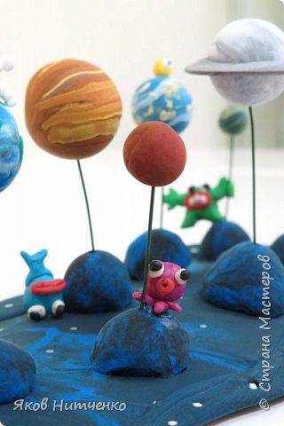 Парад планет. Земля, на которой мы живём, является одной из многих планет во Вселенной. Поэтому некоторое представление о планетах мы имеем. Но только все они очень непохожи друг на друга. Мне пришла идея показать парад планет с возможными их обитателями. При выполнении работы применялись различные техники. фото 7