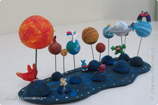 Парад планет. Земля, на которой мы живём, является одной из многих планет во Вселенной. Поэтому некоторое представление о планетах мы имеем. Но только все они очень непохожи друг на друга. Мне пришла идея показать парад планет с возможными их обитателями. При выполнении работы применялись различные техники. фото 1
