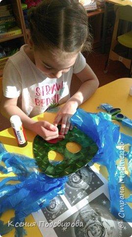 Здравствуйте, я работаю в детском саду. К Дню космонавтики решили изготовить костюм инопланетянина, способ очень простой и интересный. В изготовлении костюма мне помогала моя воспитанница Вергунова Мария. фото 6