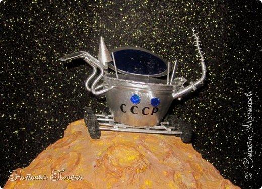 """""""Луноход-1"""" - первый лунный самоходный аппарат. Он был доставлен на поверхность Луны 17 ноября 1970 года советской межпланетной станцией """"Луна-17"""" и проработал на её поверхности до 4 октября 1971 года. Предназначался аппарат для изучения особенностей лунной поверхности, радиоактивного и рентгеновского космического излучения на Луне, химического состава и свойств грунта. фото 1"""