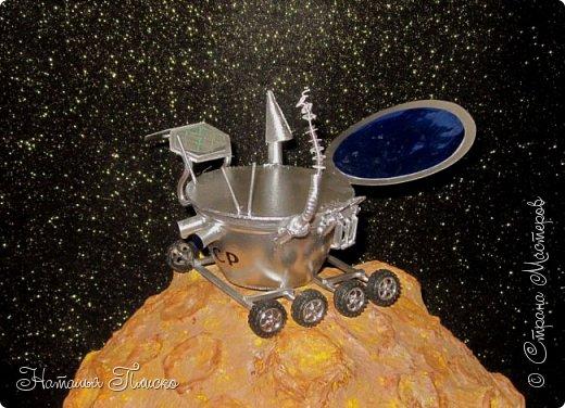 """""""Луноход-1"""" - первый лунный самоходный аппарат. Он был доставлен на поверхность Луны 17 ноября 1970 года советской межпланетной станцией """"Луна-17"""" и проработал на её поверхности до 4 октября 1971 года. Предназначался аппарат для изучения особенностей лунной поверхности, радиоактивного и рентгеновского космического излучения на Луне, химического состава и свойств грунта. фото 2"""