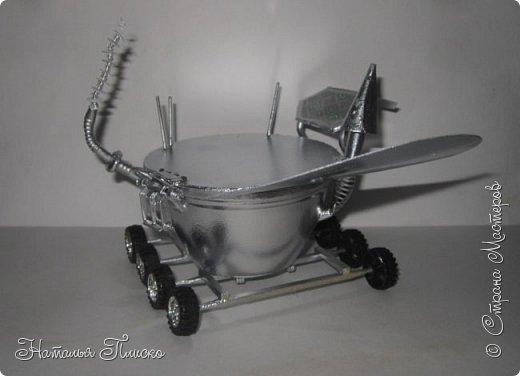 """""""Луноход-1"""" - первый лунный самоходный аппарат. Он был доставлен на поверхность Луны 17 ноября 1970 года советской межпланетной станцией """"Луна-17"""" и проработал на её поверхности до 4 октября 1971 года. Предназначался аппарат для изучения особенностей лунной поверхности, радиоактивного и рентгеновского космического излучения на Луне, химического состава и свойств грунта. фото 12"""