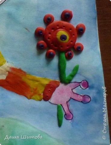 Меня зовут Маргарита, я очень люблю рисовать...а особенно фантазировать...  Мою космическую гостью зовут Зерафина она с планеты Та-Та. Зерафина,очень добрая и красивая.  Она любит выращивать цветы и участвовать в межгалактических конкурсах цветоводов, где недавно заняла 1 место за свои цветы. И вам жители Земли Зерафина дарит цветок, как символ дружбы. фото 10