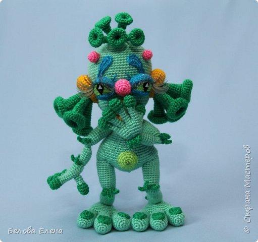 Представляю вашему вниманию своих инопланетяшек:  Елоу и Грин (Елоу - желтый, Грин - зеленый). Сначала связала одного Елоу (на создание его меня вдохновила картинка на упаковке желе). Но потом подумала, что ему будет как-то одиноко одному, поэтому появилась и его подружка Грин, а затем связался и шестиглазик.  фото 7