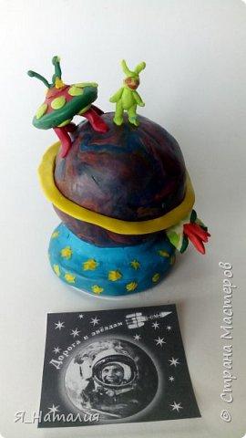Все дети мечтают о космосе. Вот и Степан решил немного пофантазировать. Представил себе планету, на которую приземляются инопланетные корабли, а  маленькие зелёные человечки гуляют по этой планете, мечтая познакомится с другими существами живущими во вселенной. фото 1