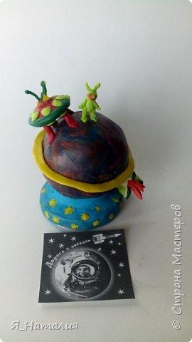 Все дети мечтают о космосе. Вот и Степан решил немного пофантазировать. Представил себе планету, на которую приземляются инопланетные корабли, а  маленькие зелёные человечки гуляют по этой планете, мечтая познакомится с другими существами живущими во вселенной. фото 5