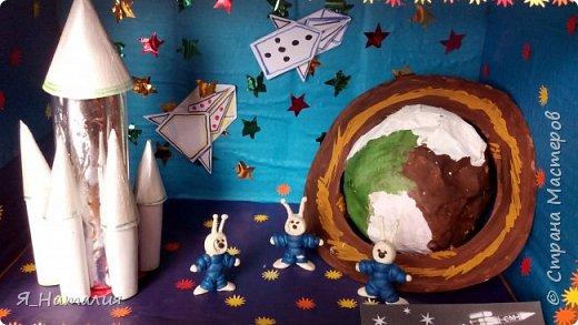 Когда Маша и Даша узнали о далёком космосе никто не знает. Они думали о далёких планетах, текут ли там реки, растут ли деревья и есть ли там жизнь. Для этого они слепили маленьких космонавтиков и отправили в космос. фото 9
