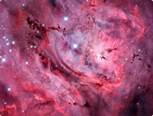 Здравствуйте! Увидела в интернете фотографию называется «Туманность лагуна» с описанием: Хребты из светящегося межзвёздного газа и тёмных пылевых облаков заселяют беспокойные космические глубины туманности Лагуна. Эта яркая область звездообразования, также известная под именем M8, находится в 5 000 световых лет от нас. Это довольно популярная остановка в телескопических турах по созвездию Стрельца, вблизи направления на центр Млечного Пути. На этом впечатляющем глубоком снимке центральной части Лагуны доминирует характерное красноватое излучение ионизованных атомов водорода, рекомбинирующих со свободными электронами. Снимок охватывает область размером около 40 световых лет в поперечнике. Ближе к центру картинки видны очертания из яркого ионизованного газа, по форме напоминающие песочные часы: этот газ принял такую форму благодаря высокоэнергичному излучению и интенсивному звёздному ветру массивной молодой звезды. Источник и подробности:http://planetarium-kharkov.org/?q=image/tid/13 Перевод: Вольнова А.А.  фото 2