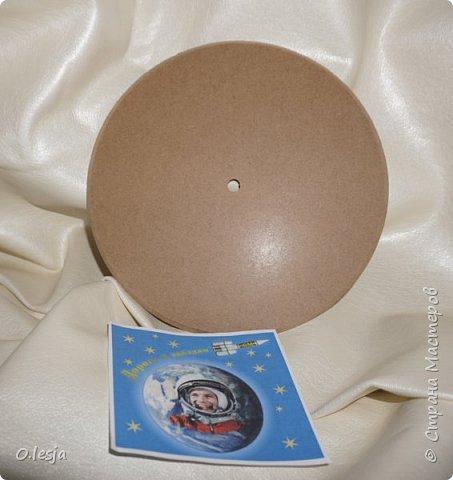Здравствуйте! Увидела в интернете фотографию называется «Туманность лагуна» с описанием: Хребты из светящегося межзвёздного газа и тёмных пылевых облаков заселяют беспокойные космические глубины туманности Лагуна. Эта яркая область звездообразования, также известная под именем M8, находится в 5 000 световых лет от нас. Это довольно популярная остановка в телескопических турах по созвездию Стрельца, вблизи направления на центр Млечного Пути. На этом впечатляющем глубоком снимке центральной части Лагуны доминирует характерное красноватое излучение ионизованных атомов водорода, рекомбинирующих со свободными электронами. Снимок охватывает область размером около 40 световых лет в поперечнике. Ближе к центру картинки видны очертания из яркого ионизованного газа, по форме напоминающие песочные часы: этот газ принял такую форму благодаря высокоэнергичному излучению и интенсивному звёздному ветру массивной молодой звезды. Источник и подробности:http://planetarium-kharkov.org/?q=image/tid/13 Перевод: Вольнова А.А.  фото 3