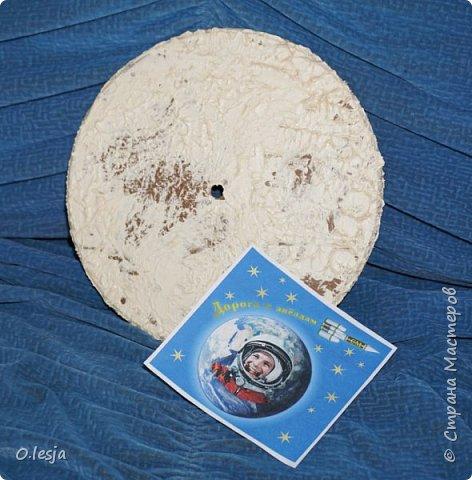 Здравствуйте! Увидела в интернете фотографию называется «Туманность лагуна» с описанием: Хребты из светящегося межзвёздного газа и тёмных пылевых облаков заселяют беспокойные космические глубины туманности Лагуна. Эта яркая область звездообразования, также известная под именем M8, находится в 5 000 световых лет от нас. Это довольно популярная остановка в телескопических турах по созвездию Стрельца, вблизи направления на центр Млечного Пути. На этом впечатляющем глубоком снимке центральной части Лагуны доминирует характерное красноватое излучение ионизованных атомов водорода, рекомбинирующих со свободными электронами. Снимок охватывает область размером около 40 световых лет в поперечнике. Ближе к центру картинки видны очертания из яркого ионизованного газа, по форме напоминающие песочные часы: этот газ принял такую форму благодаря высокоэнергичному излучению и интенсивному звёздному ветру массивной молодой звезды. Источник и подробности:http://planetarium-kharkov.org/?q=image/tid/13 Перевод: Вольнова А.А.  фото 4