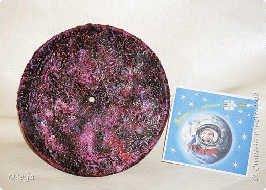 Здравствуйте! Увидела в интернете фотографию называется «Туманность лагуна» с описанием: Хребты из светящегося межзвёздного газа и тёмных пылевых облаков заселяют беспокойные космические глубины туманности Лагуна. Эта яркая область звездообразования, также известная под именем M8, находится в 5 000 световых лет от нас. Это довольно популярная остановка в телескопических турах по созвездию Стрельца, вблизи направления на центр Млечного Пути. На этом впечатляющем глубоком снимке центральной части Лагуны доминирует характерное красноватое излучение ионизованных атомов водорода, рекомбинирующих со свободными электронами. Снимок охватывает область размером около 40 световых лет в поперечнике. Ближе к центру картинки видны очертания из яркого ионизованного газа, по форме напоминающие песочные часы: этот газ принял такую форму благодаря высокоэнергичному излучению и интенсивному звёздному ветру массивной молодой звезды. Источник и подробности:http://planetarium-kharkov.org/?q=image/tid/13 Перевод: Вольнова А.А.  фото 5