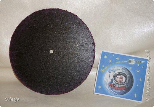 Здравствуйте! Увидела в интернете фотографию называется «Туманность лагуна» с описанием: Хребты из светящегося межзвёздного газа и тёмных пылевых облаков заселяют беспокойные космические глубины туманности Лагуна. Эта яркая область звездообразования, также известная под именем M8, находится в 5 000 световых лет от нас. Это довольно популярная остановка в телескопических турах по созвездию Стрельца, вблизи направления на центр Млечного Пути. На этом впечатляющем глубоком снимке центральной части Лагуны доминирует характерное красноватое излучение ионизованных атомов водорода, рекомбинирующих со свободными электронами. Снимок охватывает область размером около 40 световых лет в поперечнике. Ближе к центру картинки видны очертания из яркого ионизованного газа, по форме напоминающие песочные часы: этот газ принял такую форму благодаря высокоэнергичному излучению и интенсивному звёздному ветру массивной молодой звезды. Источник и подробности:http://planetarium-kharkov.org/?q=image/tid/13 Перевод: Вольнова А.А.  фото 6