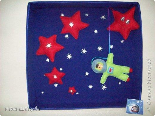 Это наш первый шаг в Страну Мастеров.  Узнав о конкурсе, дети с большим  желанием взялись за работу.  После бурного обсуждения родилась идея:  сшить мягкие звёзды и космонавта, двигающегося в открытом космосе. фото 1
