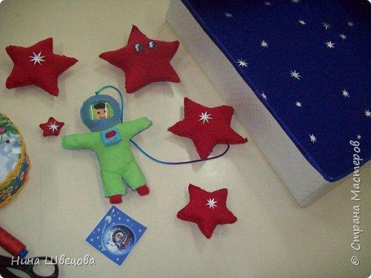 Это наш первый шаг в Страну Мастеров.  Узнав о конкурсе, дети с большим  желанием взялись за работу.  После бурного обсуждения родилась идея:  сшить мягкие звёзды и космонавта, двигающегося в открытом космосе. фото 5