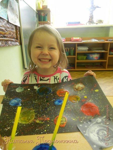 """"""" Планеты солнечной системы""""  работа выполненна в нетрадиционной технике рисования- мыльными пузырями и набрызгом. фото 9"""