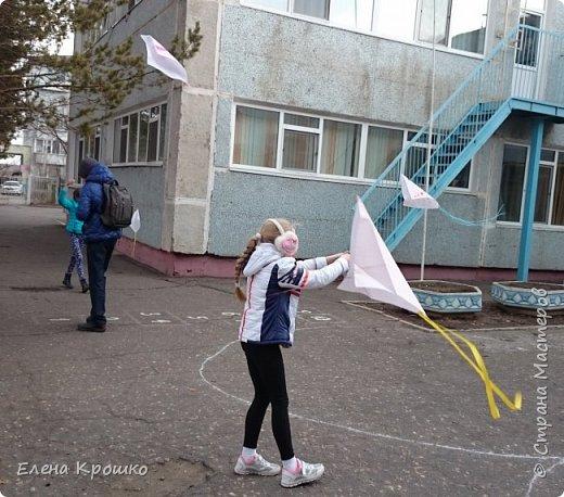Этих воздушных змеев мы моделировали на уроке технологии с девочками (у нас в школе деление с 3 класса) 4х классов. фото 5