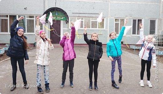 Этих воздушных змеев мы моделировали на уроке технологии с девочками (у нас в школе деление с 3 класса) 4х классов. фото 8