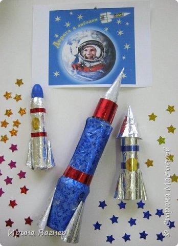 """У нас в школе был объявлен конкурс поделок ко Дню космонавтики , мы всегда принимаем участие в таких конкурсах.Каждый ребёнок сначала выполнил работу """"Ракета летит в космос"""", а потом решили сделать коллективную работу,когда узнали о вашем конкурсе.Получилось вот что, судить вам. фото 5"""