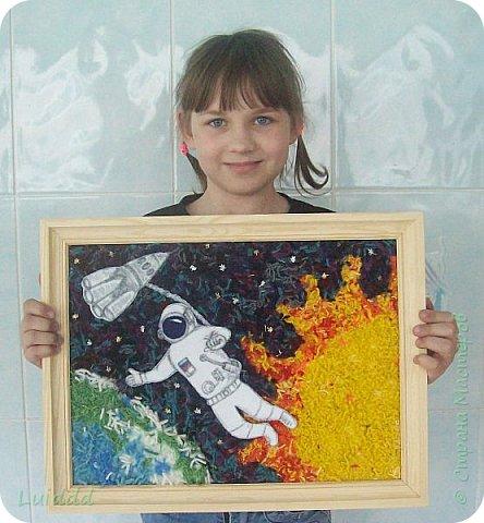 Здравствуйте уважаемые жители страны мастеров!!!  Посвящаем свою работу всем космонавтам, которые выходили в открытый космос.  Фон выполнен из нарезанных ниток, а космонавт изображен на фоне самых главных, на наш взгляд планет, Земли и Солнца. фото 5