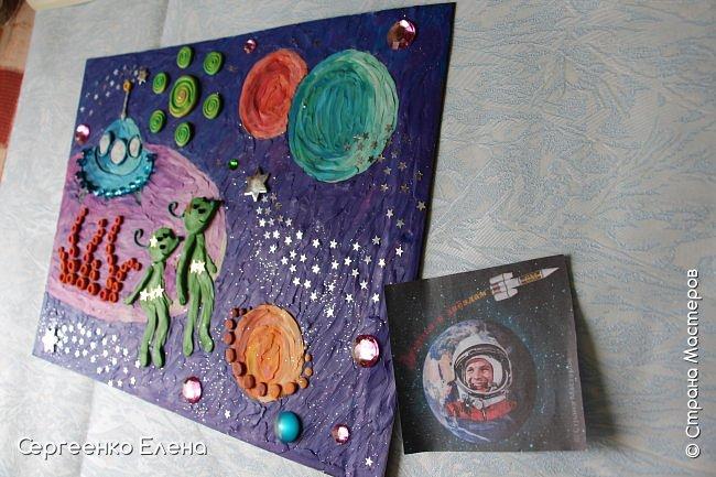 """Космос... Вселенная... Каждому взрослому человеку нравится любоваться звёздами.  Кто-то мечтает, глядя в звёздное небо, кто-то просто любуется удивительной красотой.  В своём детском саду ко Дню Космонавтики мы много говорили о космосе, о далёких мирах, о возможных встречах во Вселенной. Итогом таких встреч с неизведанным были работы детей, выполненные  в различной технике. Но не только на детей произвели впечатления эти беседы, разговоры и посещение планетария. Очень захотелось выполнить работу своим любимым материалом - пластилином. Немного пофантазировать, поиграть в детство и получить удовольствие от творчества. Предоставляю вашему вниманию  """"Космическую фантазию"""". Как хочется посидеть на краю необычной планеты, поболтать ножками в неизведанном пространстве и полюбоваться просторами Вселенной!      фото 6"""