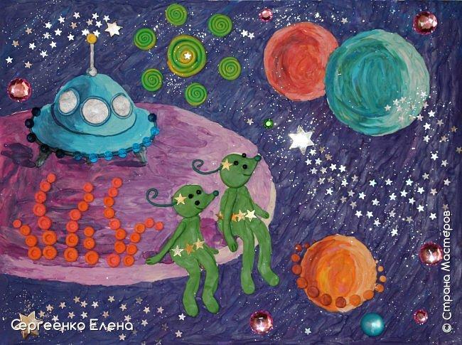 """Космос... Вселенная... Каждому взрослому человеку нравится любоваться звёздами.  Кто-то мечтает, глядя в звёздное небо, кто-то просто любуется удивительной красотой.  В своём детском саду ко Дню Космонавтики мы много говорили о космосе, о далёких мирах, о возможных встречах во Вселенной. Итогом таких встреч с неизведанным были работы детей, выполненные  в различной технике. Но не только на детей произвели впечатления эти беседы, разговоры и посещение планетария. Очень захотелось выполнить работу своим любимым материалом - пластилином. Немного пофантазировать, поиграть в детство и получить удовольствие от творчества. Предоставляю вашему вниманию  """"Космическую фантазию"""". Как хочется посидеть на краю необычной планеты, поболтать ножками в неизведанном пространстве и полюбоваться просторами Вселенной!      фото 7"""