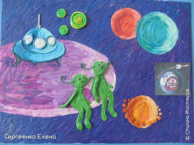 """Космос... Вселенная... Каждому взрослому человеку нравится любоваться звёздами.  Кто-то мечтает, глядя в звёздное небо, кто-то просто любуется удивительной красотой.  В своём детском саду ко Дню Космонавтики мы много говорили о космосе, о далёких мирах, о возможных встречах во Вселенной. Итогом таких встреч с неизведанным были работы детей, выполненные  в различной технике. Но не только на детей произвели впечатления эти беседы, разговоры и посещение планетария. Очень захотелось выполнить работу своим любимым материалом - пластилином. Немного пофантазировать, поиграть в детство и получить удовольствие от творчества. Предоставляю вашему вниманию  """"Космическую фантазию"""". Как хочется посидеть на краю необычной планеты, поболтать ножками в неизведанном пространстве и полюбоваться просторами Вселенной!      фото 4"""