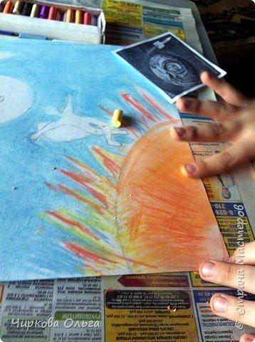 """Добрый день, всем-всем. Разрешите представить на конкурс работу моего сына Алексея, которую он выполнил в студии творческого развития, где занимается первый год. """"Человек может бегать, как олень, ползать, как рак, плавать. как рыба. И только летать, как птица, не может. Так веками думали люди, глядя на парящих в небе птиц. Думали и мечтали: """"Вот бы сесть на ковёр-самолёт и взлететь выше леса дремучего, выше облака летучего. Или сделать бы крылья из перьев и в небо подняться!"""" (Из книги """"Едем, плаваем, летаем...  К.Арлона и С.Сахарнова) Но долгое время крылатые люди существовали только в мифах и сказках. Прочитав миф о Дедале и Икаре, Алексей принялся за работу.  фото 3"""