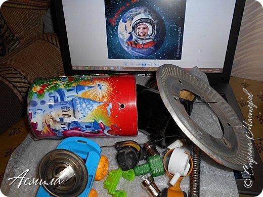 Знакомьтесь, косморобот по имени Роби. Он с радостью готов присоединиться к  многочисленной компании покорителей  космоса. Слово «робот» было придумано чешским писателем Карелом Чапеком и его братом Йозефом и впервые использовано в его пьесе  в1920 году.  Космороботы – это роботы, приспособленные работать в космическом пространстве. Преимущество космических роботов перед человеком заключается в том, что они могут работать в крайне неблагоприятных условиях.  фото 5