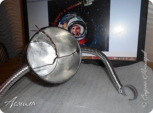 Знакомьтесь, косморобот по имени Роби. Он с радостью готов присоединиться к  многочисленной компании покорителей  космоса. Слово «робот» было придумано чешским писателем Карелом Чапеком и его братом Йозефом и впервые использовано в его пьесе  в1920 году.  Космороботы – это роботы, приспособленные работать в космическом пространстве. Преимущество космических роботов перед человеком заключается в том, что они могут работать в крайне неблагоприятных условиях.  фото 7