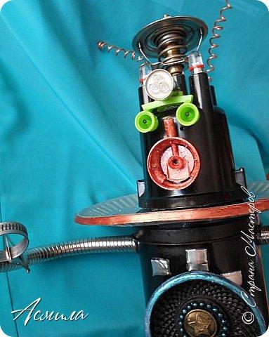Знакомьтесь, косморобот по имени Роби. Он с радостью готов присоединиться к  многочисленной компании покорителей  космоса. Слово «робот» было придумано чешским писателем Карелом Чапеком и его братом Йозефом и впервые использовано в его пьесе  в1920 году.  Космороботы – это роботы, приспособленные работать в космическом пространстве. Преимущество космических роботов перед человеком заключается в том, что они могут работать в крайне неблагоприятных условиях.  фото 9