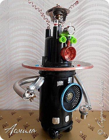 Знакомьтесь, косморобот по имени Роби. Он с радостью готов присоединиться к  многочисленной компании покорителей  космоса. Слово «робот» было придумано чешским писателем Карелом Чапеком и его братом Йозефом и впервые использовано в его пьесе  в1920 году.  Космороботы – это роботы, приспособленные работать в космическом пространстве. Преимущество космических роботов перед человеком заключается в том, что они могут работать в крайне неблагоприятных условиях.  фото 3