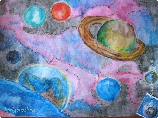 """Знакомьтесь. Это инопланетянин Инити. Он только что побывал на Земле и теперь возвращается на родную планету. На Земле он познакомился с людьми, и те подарили  ему ракету на память.  Инити - добрый и воспитанный инопланетянин. Он сказал """"спасибо"""", хотя для него наша ракета похожа на аттракцион для детей в парке отдыха. фото 2"""