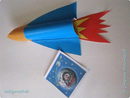 """Знакомьтесь. Это инопланетянин Инити. Он только что побывал на Земле и теперь возвращается на родную планету. На Земле он познакомился с людьми, и те подарили  ему ракету на память.  Инити - добрый и воспитанный инопланетянин. Он сказал """"спасибо"""", хотя для него наша ракета похожа на аттракцион для детей в парке отдыха. фото 3"""