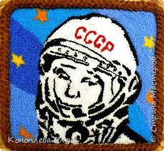 """Добрый день, все жители Страны мастеров! Очень рада участию в таком интересном конкурсе. Представляю свою работу портрет первого космонавта Ю.А. Гагарина. Портрет  в технике """"ковровая вышивка"""" делала первый раз. И вот что у меня получилось. фото 1"""