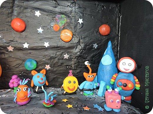Приветик!    Космонавт Гоша прилетел на планету Звездочка. На планете его радостно встретили все жители. фото 2