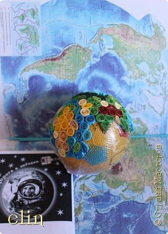 Всем здравствуйте!  Работа выполнена в технике квиллинг (это мой дебют в объемном квиллинге), выбор техники не случаен, ведь наша планета хрупка и надо ее беречь, а не разрушать, платить ей добром за ее щедрость. Попыталась изобразить Землю - самую прекрасную планету - в виде глобуса, который расцветает. фото 11
