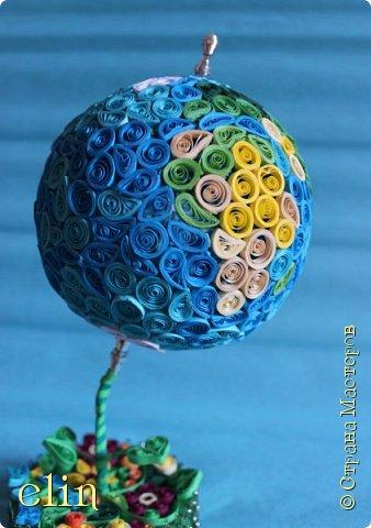 Всем здравствуйте!  Работа выполнена в технике квиллинг (это мой дебют в объемном квиллинге), выбор техники не случаен, ведь наша планета хрупка и надо ее беречь, а не разрушать, платить ей добром за ее щедрость. Попыталась изобразить Землю - самую прекрасную планету - в виде глобуса, который расцветает. фото 5